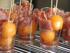 Klassieker: meloen met rauwe ham en port: Snijd 1 galiameloen doormidden en verwijder met een mes de pitten. Schep met een meloenbolletjestang bolletjes uit de meloen. Doe ze in amuseglaasjes en schenk er een beetje port overheen. Steek een prikkertje in de bolletjes en stop wat parmaham (of andere rauwe ham) in de glaasjes
