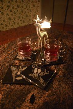Lintuaiheiset kiviset lasinaluset koristavat jouluista pöytää.