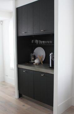 De koffiecorner met ruimte voor glaswerk en een stukje decoratie.