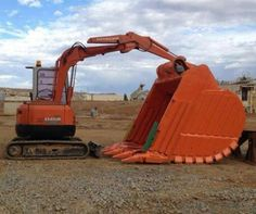 Thats bucket weighs more then the HItachi mini excavator pictured - That's hilarious! Imagine the looks you'd get as you pulled onto the job sight with this beast on the trailer! Construction Humor, Earth Moving Equipment, Mini Excavator, Hard Hats, Old Tractors, Heavy Machinery, Heavy Equipment, Big Trucks, Cool Stuff