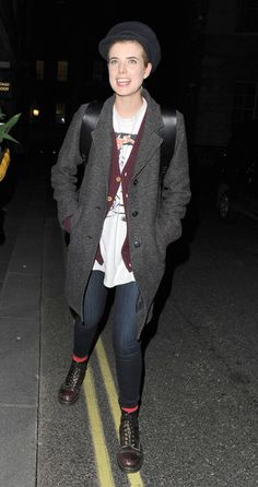 Agyness Deyn Wool Coat - Agyness Deyn stuck to her signature tom boy style in a long gray coat and combat boots. Long Grey Coat, Gray Coat, Dr. Martens, Agnes Deyn, Hollywood Fashion, Hollywood Style, Punk Outfits, Iconic Women, Tomboy Fashion