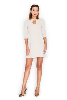 Beżowa sukienka z pęknięciem na dekolcie