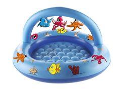 Sea Friends babybad, voorzien van een boog, waaraan drie leuke opblaasbare Sea Friends figuurtjes vastzitten. De bodem van het zwembadje is opblaasbaar, voor meer comfort. Diameter: 100 cm. Vervaardigd van stevig vinyl. Wordt inclusief reparatiesetje geleverd in full-colour doos.