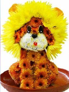 Ein kleiner Löwe aus so vielen Blumen herbeigezaubert, toll süß neckisch wundervoll wow!!!
