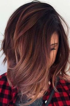 28 Latest Hair Colors for 2019 - Get Your Hairstyle Inspiration for This Season, Hair Colors There are staining on which you can immediately say that you did them somewhere on the outskirts and paid an indecently low amount. Red Highlights In Brown Hair, Red Brown Hair, Brown Hair Colors, Hair Colour, Chunky Highlights, Caramel Highlights, Color Highlights, Blonde Highlights, Gray Hair