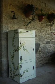 """"""" Hacer un mueble con un acabado craquelado + decoupage """" Recycled Furniture, Painted Furniture, Chalk Paint, Filing Cabinet, Wood Crafts, Ideal Home, Woodworking Projects, Locker Storage, Hand Painted"""