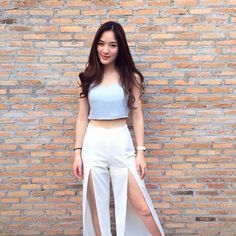 Cute outfit with crop shirt and part slack Asian Woman, Asian Girl, Asian Ladies, Hormones The Series, Crop Shirt, Cute Girls, White Jeans, Looks Great, Ready To Wear