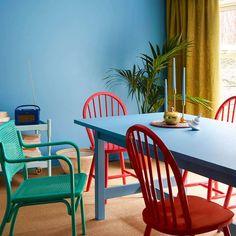 Bombay FR1378. Fargen er en lys mellomblå tone. Denne fargen er inspirert av himmelen. #Blå#Norgesfavorittfarge#stue#kjøkken#soverom#stoler#Blått#Fargerike#fargekart#inspirasjon#rød#blue#inspiration#diningroom#kitchen#innredning#ideer Dining Chairs, Dining Table, Wishbone Chair, Wall Colors, Furniture, Interiors, Home Decor, Decoration Home, Room Decor