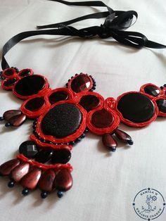 Naszyjnik w kolorze czerwonym. Podklejony filcem w kolorze czarnym. Duży i energetyzujący.