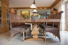 Der massive Esstisch aus Eiche mit sehr aufwendig gearbeiteten Tischbeinen, ist der Mittelpunkt in diesem Esszimmer. Dining Table, Furniture, Home Decor, Tables, Dinner Table, Dining Rooms, Essen, House, Decoration Home