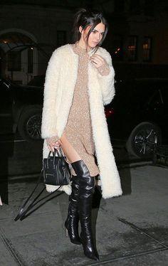 Kendall Jenner usa casaco de pelo para sair durante o invenro