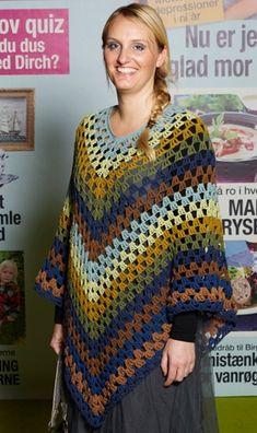 Syv nøgler restegarn er der gået til denne smarte poncho, der passer til de… Crochet Poncho Patterns, Crochet Coat, Crochet Jacket, Crochet Shawl, Clothes Crafts, Poncho Sweater, Yarn Crafts, Crochet Projects, Needlework