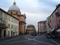 Castel Gandolfo - Piazza della Libertà con la collegiata pontificia di San Tommaso da Villanova e il palazzo comunale sulla sinistra