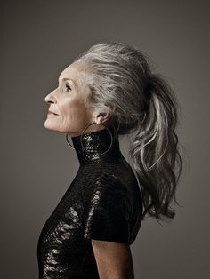 Some people have trouble aging gracefully. They worry about wrinkles, graying hair and other effects of aging. But for people who are aging they should Daphne Selfe, Advanced Style, Ageless Beauty, Beauty Full, Going Gray, Aging Gracefully, Looks Style, Beautiful People, Beautiful Old Woman