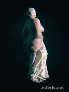 Figur aus meinem Vorlagenkatalog für Künstler (Webseite), Rundum-Ansicht einer Pose, in Akt, Kostüm (auch hist.) oder Uniform. Kamera mitte.