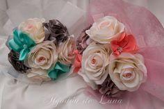 Flores de tela, para hacer un ramo de flores para novias originales únicas. en nudes, tules y rous roses con toque rosa, enmarcadas en botón de nácar con flores corales aguamarinas, personaliza tú color. Por siempre jamás algodondeluna@gmail.com o 606619349