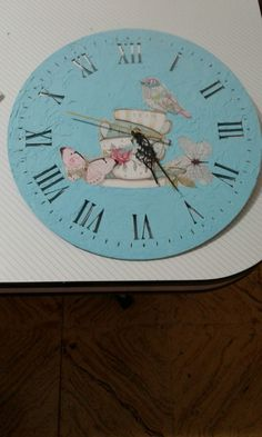 Reloj con relieve hecho con enduido y lámina para decoupage. Clock, Wall, Home Decor, Laminas Para Decoupage, Clocks, Diy, So Done, Watch, Decoration Home