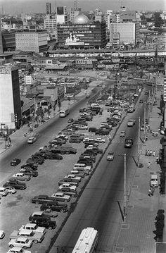 工事中の道路中央を駐車場にして急場をしのぐ渋谷駅周辺(東京・渋谷区) 撮影日:1965年08月
