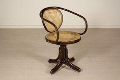 Sedia girevole stile Thonet in faggio curvato a vapore, seduta e schienale incannucciati.