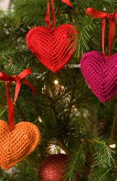 DIY Christmas decorating with these free tree hearts crochet pattern.