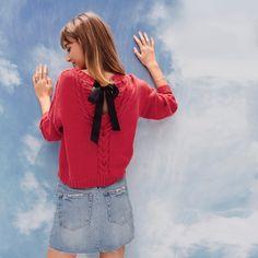 Med rigning og pyntebånd bak: HILANA genser, garnpakke i Phil EcoCoton fra Phildar.