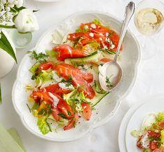 Eine feine Vorspeise: Der Fisch hat durch die Beize eine schön bissfeste Struktur und ist herrlich würzig. Perfekt dazu: der Salat mit zarten Anis- und spritzigen Zitrusaromen.