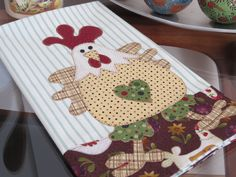 Panos de Prato Artesanais - Paty ShibuyaPaty Shibuya Applique Patterns, Quilt Patterns, Diy And Crafts, Arts And Crafts, Dish Towels, Kitchen Towels, Pot Holders, Sewing Projects, Patches