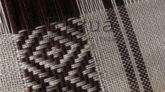 Poncho con guarda de rombos en colores naturales. La guarda aporta un toque femenino y original. Realizado a telar maría. Inkle Weaving, Inkle Loom, Weaving Yarn, Hand Weaving, Weaving Patterns, Yarn Thread, Weaving Projects, Tear, Rugs