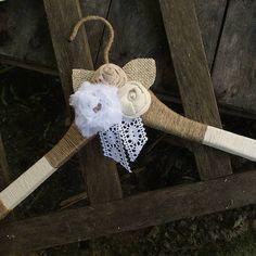 O cabide Para vestido de Noiva feito de cordão de Juta e barbante e decorado com flores de algodão com cristais e perolas.