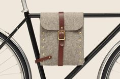 Handmade in Brooklyn from industrial felt and vegetable tanned leather this beautiful bike bag fits on any diamond frame over 20 inches.