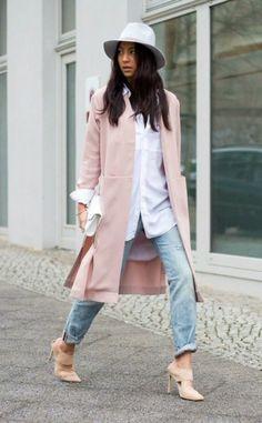 denim bleu, chemise blanche, manteau rose pale design, collection printemps été 2016