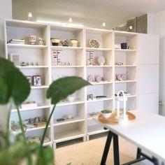 Pentru că ne-a fost taaare dor de vizitatori, am redeschis atelierul din data de 2 iunie și vă așteptăm după același program pe care poate vi-l mai amintiți de dinainte de carantină: L-V, între orele 17 și 19. Veniți cu mască, dezinfectantul de la intrare îl asigurăm noi. 🤗 Porcelain Jewelry, Shelving, Mai, Home Decor, Instagram, Atelier, Shelves, Decoration Home, Room Decor