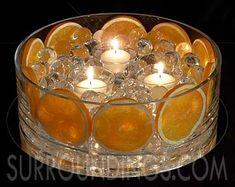 レモンやオレンジ、ぶどうなどをキャンドルやフラワーなどと一緒に飾る