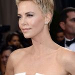 Charlize Theron Short Hair-love her hair. Charlize Theron Short Hair, Charlize Theron Oscars, Charlize Theron Photos, Latest Hairstyles, Short Hairstyles For Women, Hairstyles With Bangs, Girl Hairstyles, Short Hair With Bangs, Short Hair Cuts