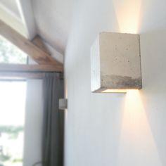Betonnen wandlampjes. Prachtig door zijn eenvoud. Te bestellen via: info@mittlifestyle.com