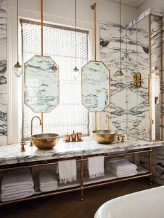 jolie salle de bain de style retro chic, salle de bain en marbre de style baroque avec miroirs ronds