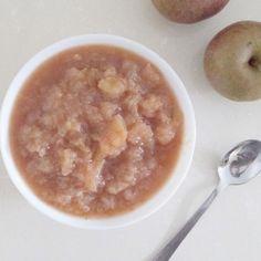 Ingrediënten 1 kg appels 1 tl kaneel 1 eetlepel honing water Bereiding Schil de appels, snij in parten en verwijder het klokhuis. Kook de appels in een laagje water met het kaneel en de honing en laat tot moes koken. Laat even afkoelen en klaar! Wil je liever een gladde appelmoes, ga er dan nog even met de staafmixer doorheen. Easypeasy!