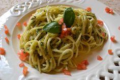 Spaghetti mit Zucchinipesto - Wieder ein Spaghettigericht, diesmal in grün. Ideal wenn man Basilikum mag aber meistens zu wenig davon hat und sich die Zucchinis stapeln. Geht auch fast ganz schnell und bringt Abwechslung ins Spaghettiessen.