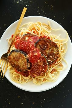 AMAZING Vegan Eggplant Parmesan Pasta! Crispy, delicious, perfect on top of your favorite pasta #vegan