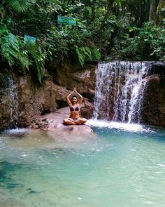 Eu sou a paz e a paz está comigo.  I'm the peace and peace is with me. - Cachoeira da Cavada -  #cachoeira #waterfall #agua #water #cachoeiradacavada #nature #natureza #paz #peace #yoga #girl #tropical #amazonia #floresta #riacho #igarapé #river #trilha #cavada #greenwater #vida #life #love #pará #brasil #brazil #ferias #summer #verao