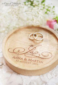 Personalisierte Holzschale als rustikales Ringkissen für Ihre Hochzeit. Die gravierte Holzschale passt wunderbar zu Vintage Hochzeiten mit Deko aus Holz, Kraftpapier & Spitze.
