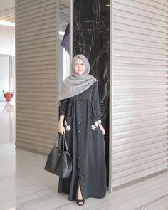 Image may contain: 1 person, standing Hijab Style Dress, Hijab Outfit, Hijab Casual, Moslem Fashion, Niqab Fashion, Fashion Dresses, Muslim Women Fashion, Islamic Fashion, Abaya Mode