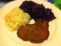 Klassisch und lecker: Selbstgemachte Seitanschnitzel, Blaukraut und Reis.