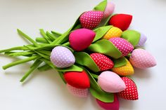 Bukiet składający się  z 16 tulipanów  2 szt Czerwony gładki  2 szt czerwony w białe kropeczki  2 szt fuksja gładka  2 szt fuksja w kropeczki  2 szt różowy w białe kropeczki  2 szt różowy... Designer, Fabric, Flowers, Crafts, Handmade, Tulips, Branches, Floral Arrangements, Threading