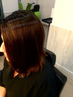 Punto de luz tono chocolate en cabello oscuro.