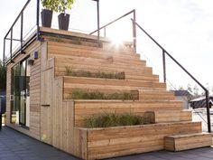 スウェーデンで開発された「Steps 15」は、小さいながらもしっかりとした屋上テラスを持ち合わせているのが特徴的だ。 屋上テラスまで繋がる階段には、植物を植えるプランター、階段下には引き込み式のモバ