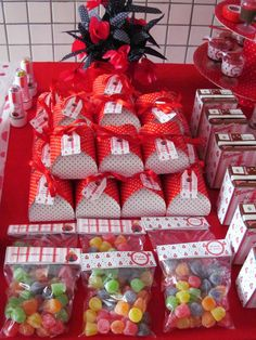 Caixas para doces/bem casados e lapelas para saquinhos.  EMAIL: boutiquedeencantos@gmail.com LOJA: www.vitrine.elo7.com.br/boutiquedeencantos FACEBOOK: www.facebook.com/boutiquedeencantos