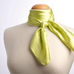 Foulard assorti aux accessoires ( gants , liseret sur robe ....)