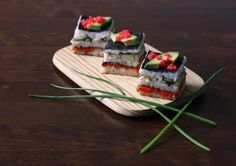 "Vegan sushi bites with red pepper ""salmon"", smoky ""tuna"" spread, avocado slices and seaweed caviar. See video instructions! Vegan. - by Maikin mokomin"