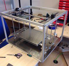 Más fotos de la primera Bitfab Core que estamos montando con la estructura y mecánica casi terminada. 3d Printer Designs, 3d Printer Projects, Arduino Projects, Big 3d Printer, Fdm Printer, 3d Printing Machine, 3d Printing Diy, Diy Laser Engraver, Cnc Milling Machine